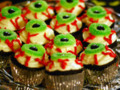 How To Decorate Halloween Eyeball Cupcakes